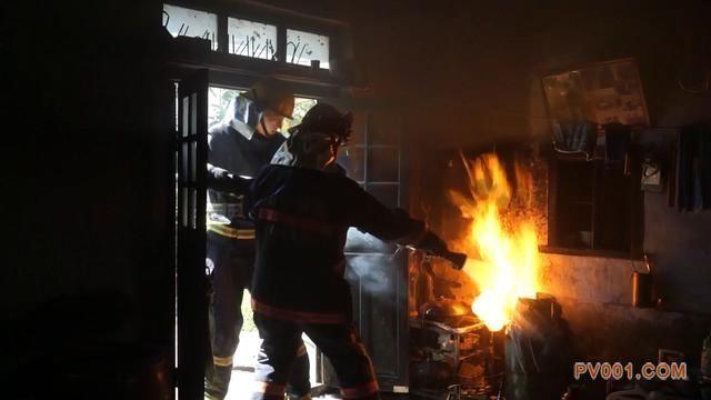 山东莱芜:液化气罐减压阀漏气起火 消防官兵成功排险
