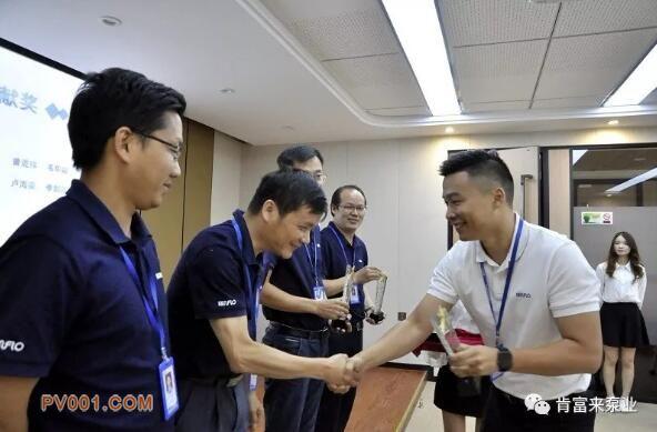 陈迪总经理颁发突出贡献奖