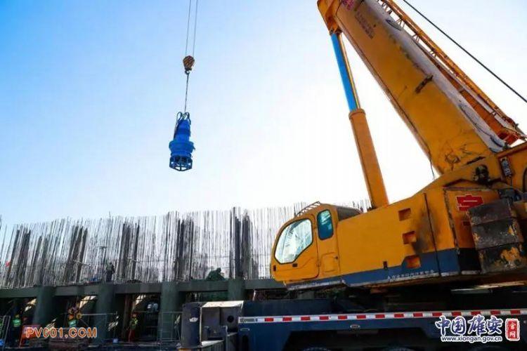 白洋淀引黄大树刘泵站工程最后一组水泵机组正在吊装