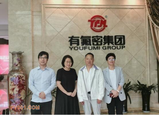 有氟密集团董事长朱孝有(右二)、总经理邵小青(右一) 与振威展览副总经理盛莉(左二)、品牌经理刘勇(左一)合影