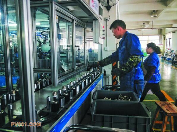图为浙江达柏林阀门有限公司的自动化生产车间。