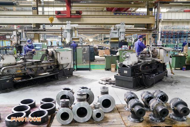 在哈电阀门的生产车间,工人在进行生产作业