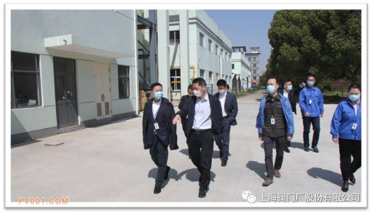公司高管陪同到访领导共同参观厂区